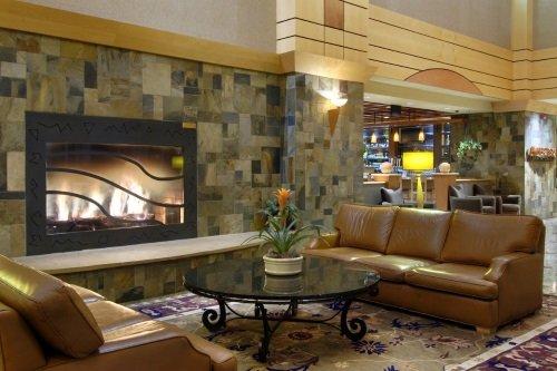 doubletree by hilton hotel denver stapleton north lounge met openhaard.jpg
