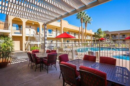 clarion suites st george terras met zwembad.jpg