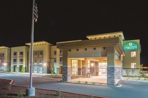 la quinta inn suites grand canyon area williams buitenkant avond.jpg