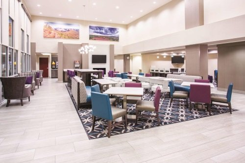 la quinta inn suites grand canyon area williams lounge.jpg