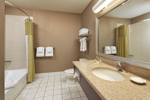 holiday inn hotel suites santa maria badkamer.png