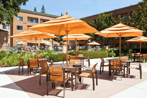 courtyard by marriott sacramento airport buitenterras.png