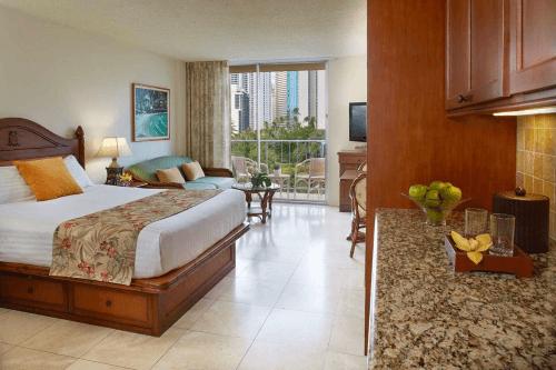 luana waikiki hotel & suites kamer.png