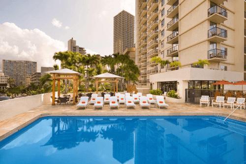 luana waikiki hotel & suites zwembad.png
