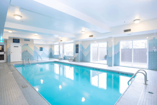 sandman hotel suites vancouver airport zwembad.png