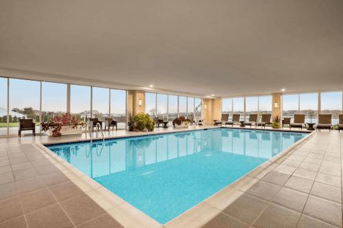 wyndham newport hotel zwembad.png