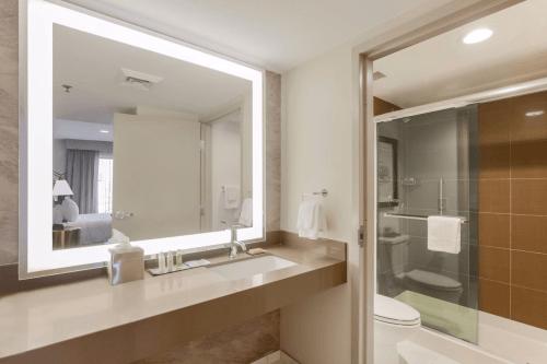 doubletree suites by hilton hotel sacramento rancho cordova badkamer.png