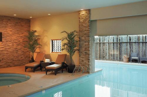 nativo lodge kamer binnenzwembad.png