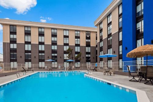 best western plus executive residency denver stapleton hotel zwembad 2.png