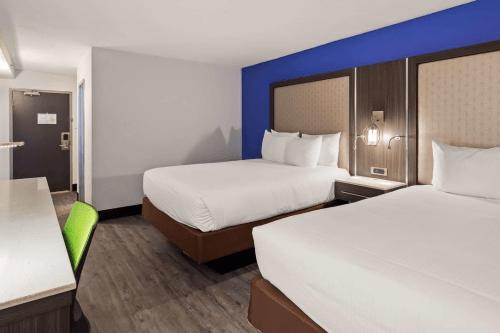 best western plus executive residency denver stapleton hotel kamer 2 bedden.png