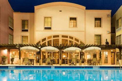 hampton inn suites amelia island zwembad avond.png