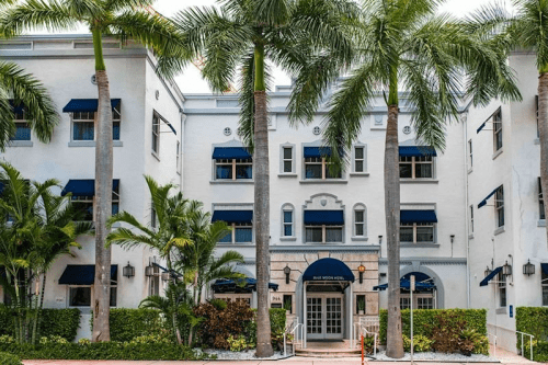 blue moon hotel voorkant.png
