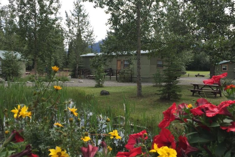 discovery yukon lodging cabin buiten 2.jpg