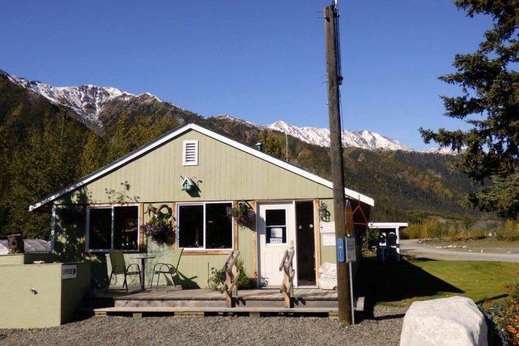 discovery yukon lodging cabin buiten.jpg