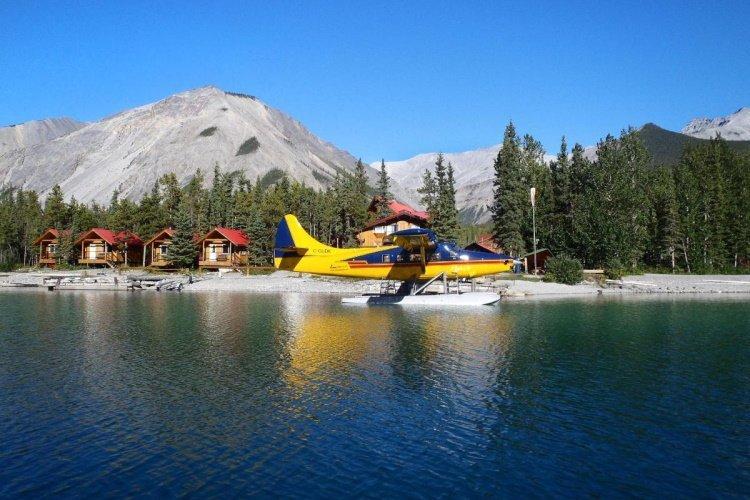 northern rockies lodge watervliegtuigjes voor de deur.jpg