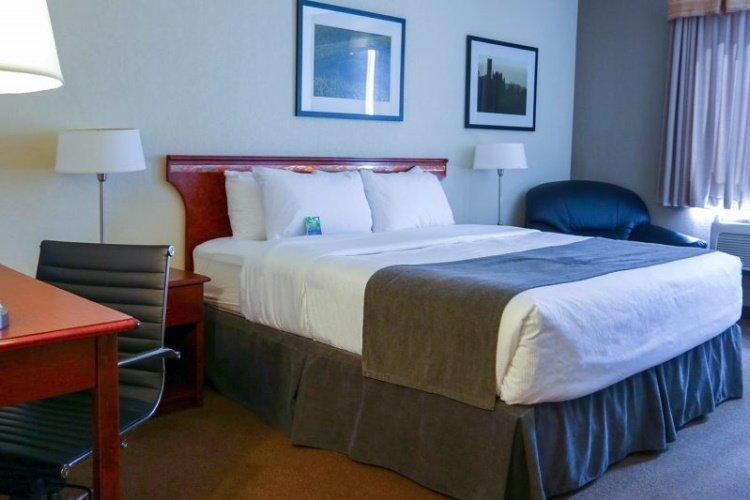 lakeview inns & suites - fort nelson kamer.jpg