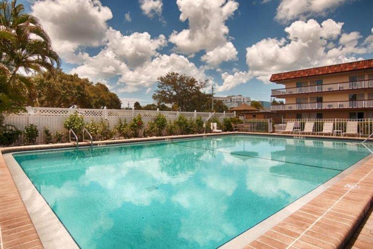 baymont inn suites sarasota zwembad.jpg