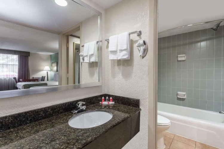 baymont inn suites sarasota badkamer.jpg
