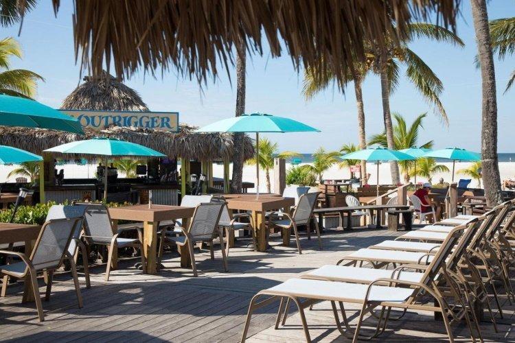 outrigger beach resort ligstoelen.jpg