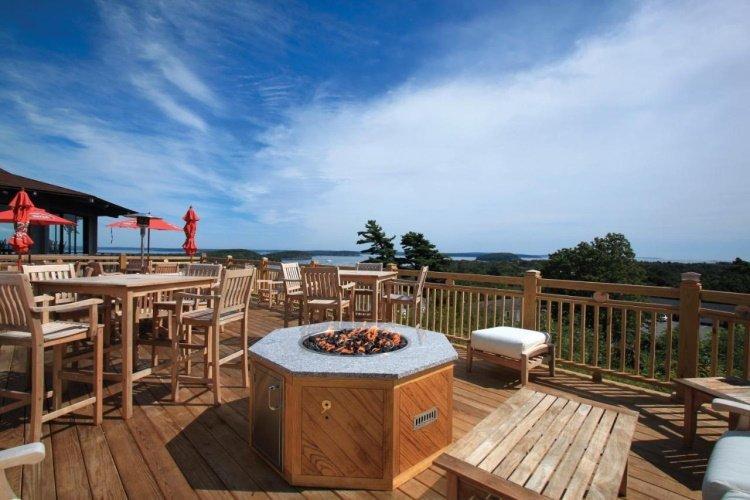 wonderview inn & suites buiten zitten bij haardvuur.jpg