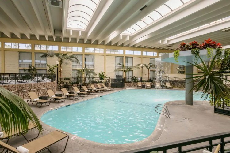 wyndham garden fresno zwembad.jpg