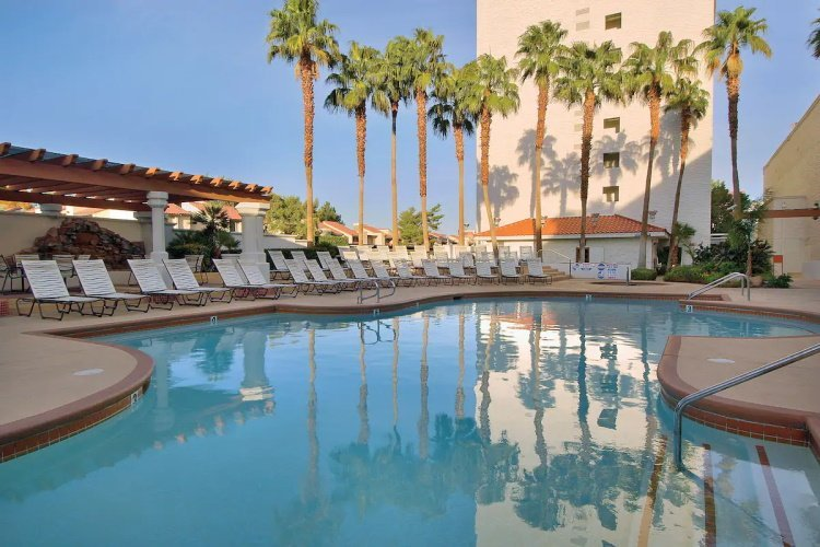 gold coast hotel zwembad.jpg
