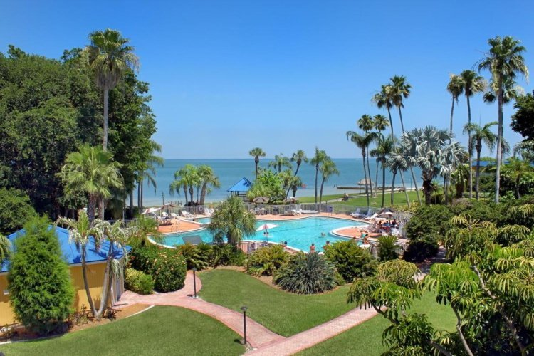 magnuson hotel marina cove tuin.jpg
