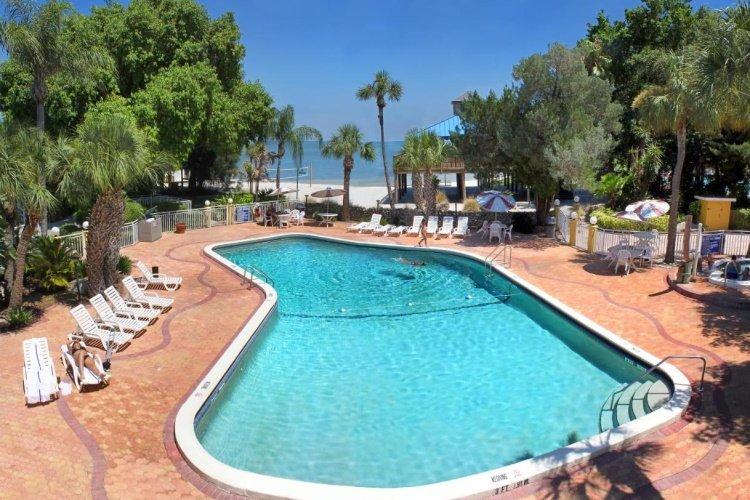 magnuson hotel marina cove zwembad.jpg