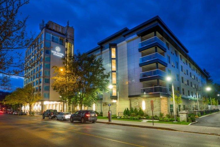 the hotel ithaca buitenkant.jpg
