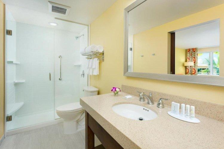 fairfield inn suites by marriott key west at the keys collection badkamer.jpg