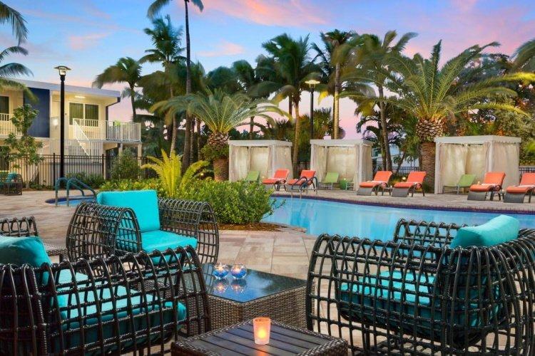fairfield inn suites by marriott key west at the keys collection zitjes bij zwembad.jpg