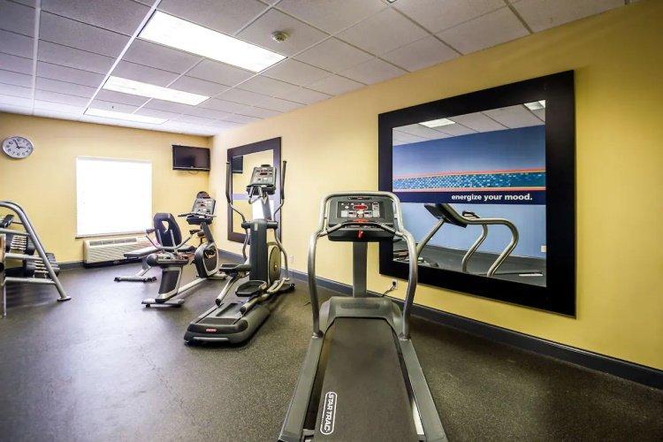 hampton inn suites natchez fitness.jpg