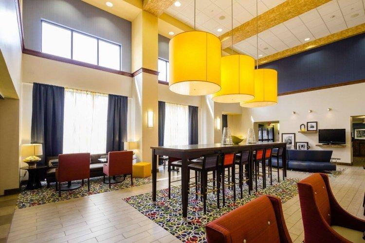 hampton inn suites natchez lounge.jpg