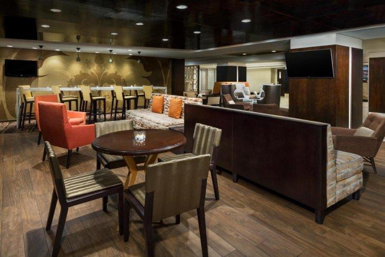 doubletree by hilton metropolitan lounge.jpg