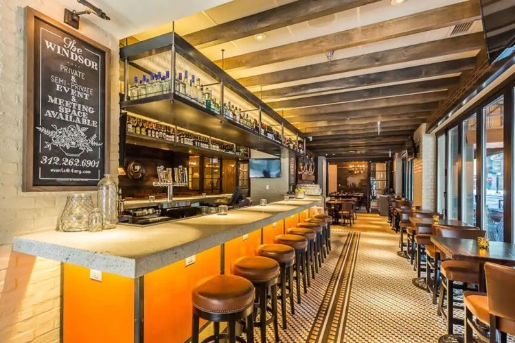 hampton inn chicago downtown magnificient mile bar.jpg
