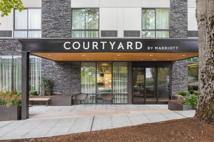 courtyard by marriott seattle northgate entree.jpg