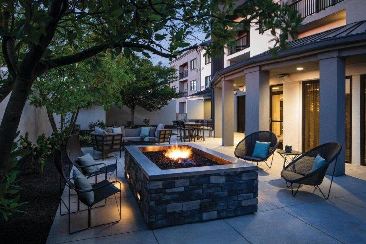 courtyard by marriott seattle northgate buiten zitten.jpg