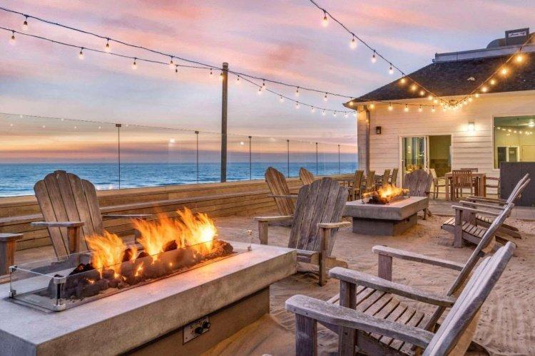 elizabeth oceanfront suites buiten zitten in de avond.jpg