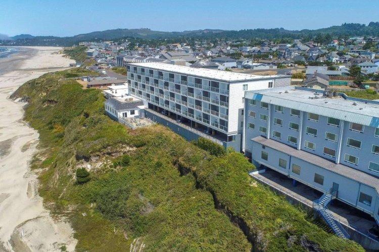 elizabeth oceanfront suites strand voor de deur.jpg