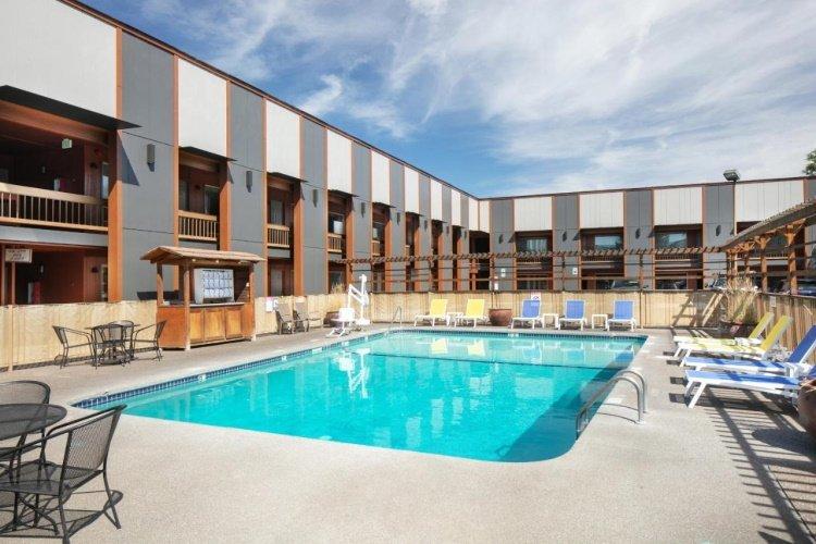 waypoint hotel zwembad.jpg