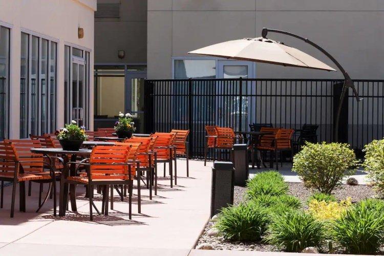 springhill suites by marriott boise parkcenter buiten zitten.jpg