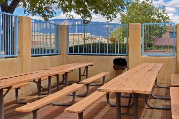 greentree inn albuquerque buiten zitten.jpg