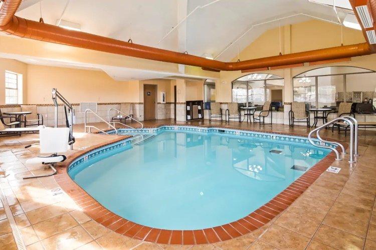 best western plus tulsa inn zwembad.jpg