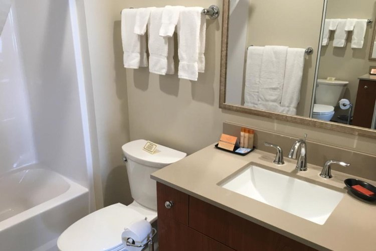 aspen suites hotel homer badkamer.jpg