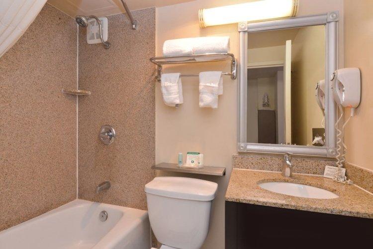quality inn & suites montebello badkamer.jpg