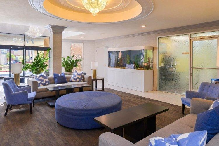 quality inn & suites montebello lounge.jpg