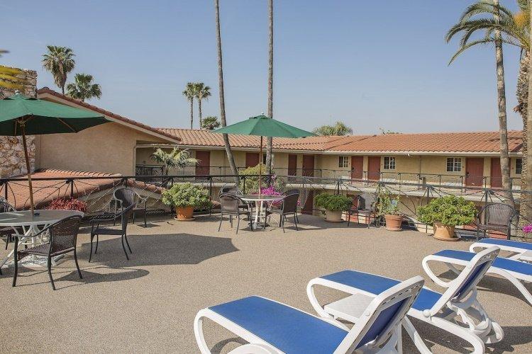 safari inn hotel kamer buiten ligbedden.jpg