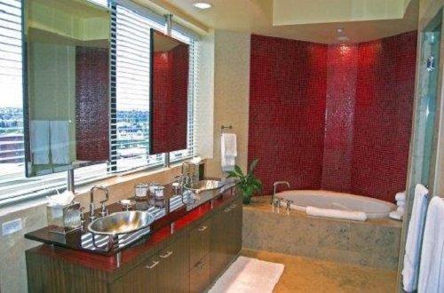 Deca Hotel bathroom