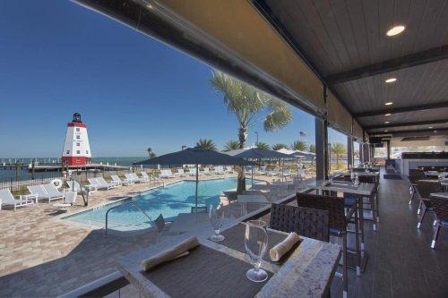 Hyatt Place Marathon Florida Keys uitzicht zwembad en Faro Blanco vuurtoren