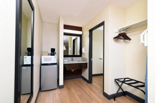 Red Roof Inn Bakersfield kamer koelkast wastafel